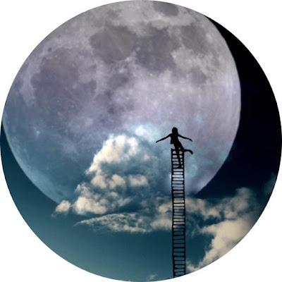 افتار مواقع التواصل شخص امام القمر وسحب