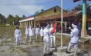 Meski lapangan Berlumpur namun penaikan bendera Merah Putih di SDN 014637 berjalan sukses.