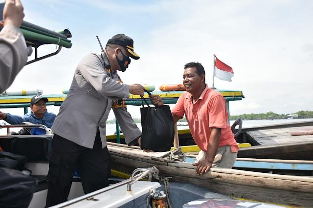 Polres Pelabuhan Belawan bagikan paket sembako pada Jum'at Barokah