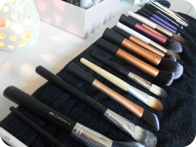 A picture of makeup brushes