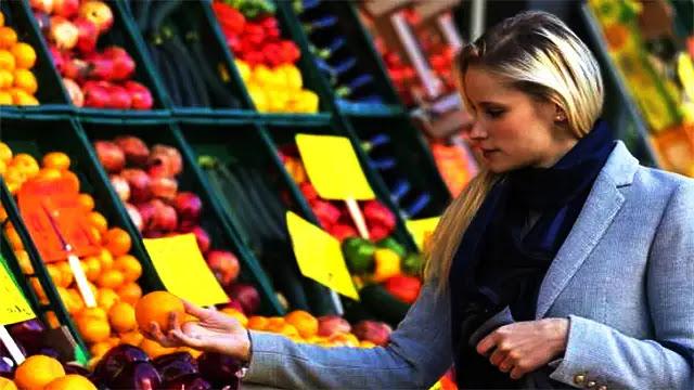 هل أكل الفواكه على معدة فارغة عادة صحية؟