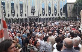 из Госдумы вызвало массовые протесты в Тбилиси