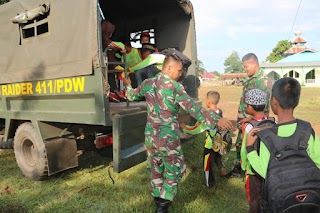 Serbu Pos TNI di Perbatasan, Anak-anak MI Al Ma'arif Sota Dapat Paket Cinta Tanah Air