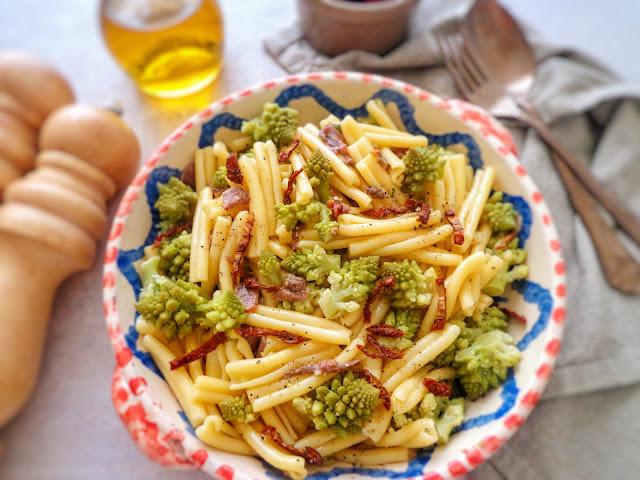Makaron z kalafiorem romanesco, suszonymi pomidorami i anchois (Pasta con cavolfiore romanesco, pomodori secchi e alici)