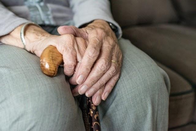 Párnával fojtogatták az idős asszonyt, hogy elárulja hol tartja a pénzét