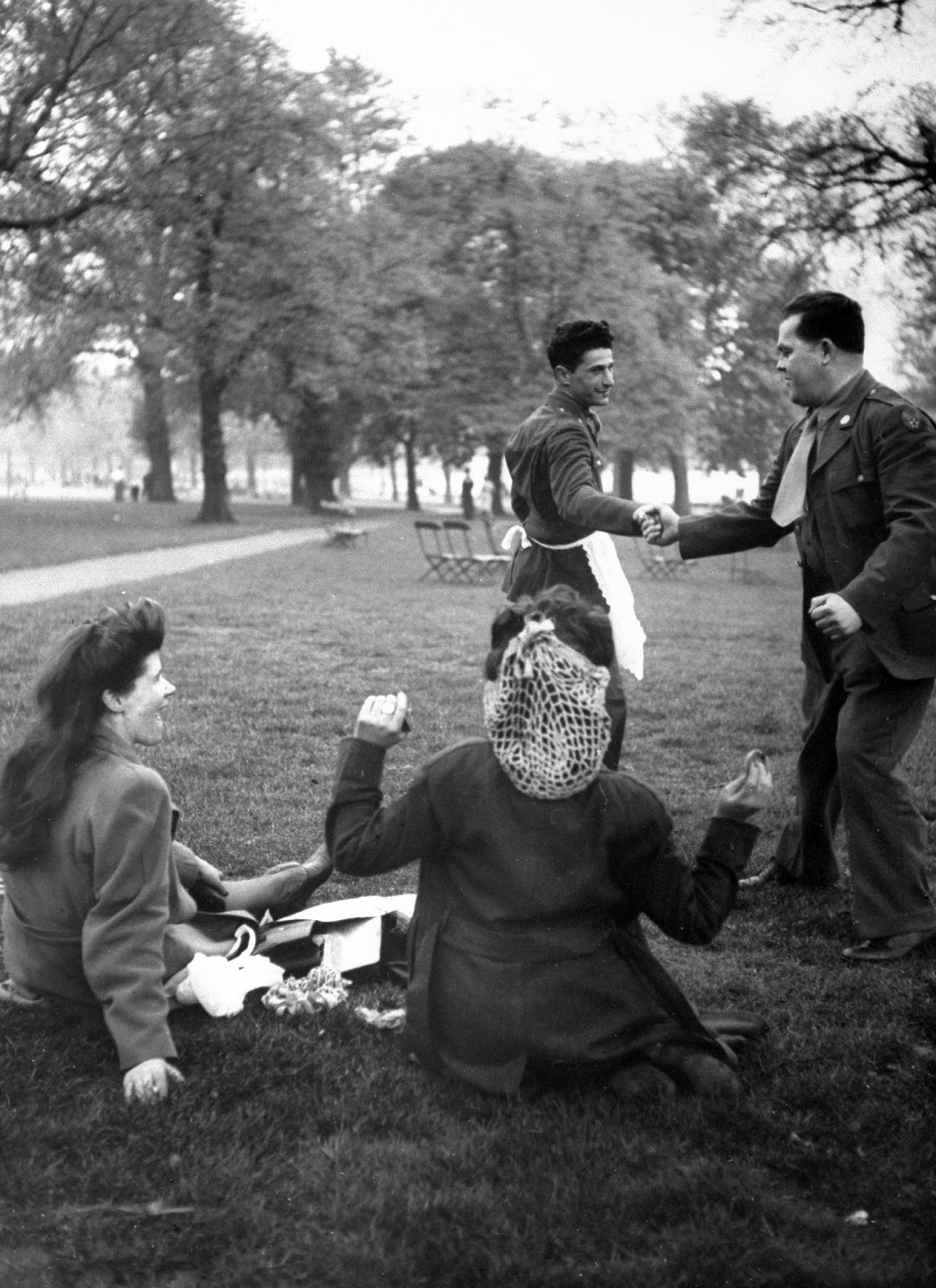 Vintage Photos Of American Soldiers Courting English Girls -1201
