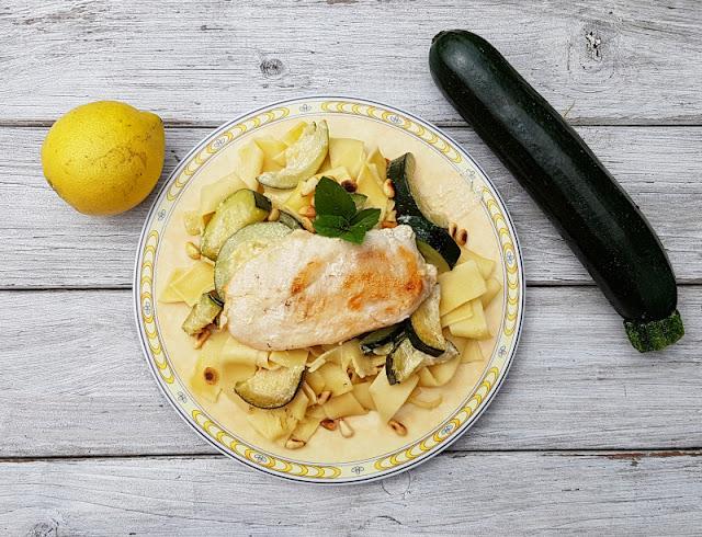 Rezept: Hähnchenschnitzel in milder Zucchini-Zitronensauce auf Bandnudeln. Das leckere Familien-Gericht ist ideal für den Sommer und total schnell und einfach zuzubereiten. Auf Küstenkidsunterwegs gibt's Zutaten   + Zubereitung für dieses leckere Essen mit italienischer Note, das auch Kinder mögen.