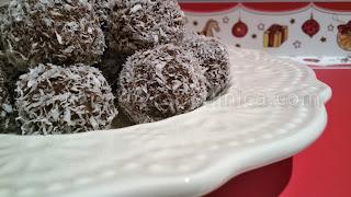 Бишкотени топчета с рикота, какао и кокос