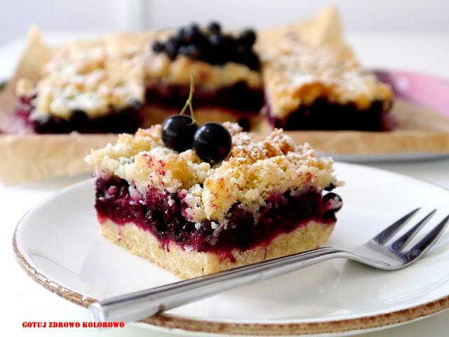 Kruche ciasto z czarną porzeczką i migdałową kruszonką - Czytaj więcej »