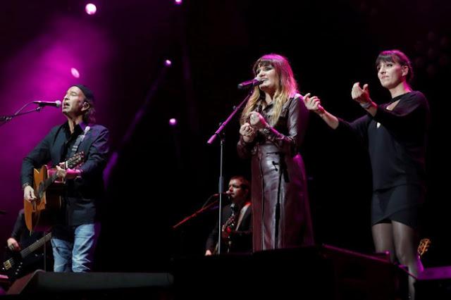 Álvaro Urquijo, de Los Secretos, y Rozalén, durante el concierto homenaje a Enrique Urquijo, en el Wizink Center de Madrid