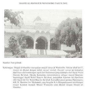 Makam KH. R. Manshur terletak di kompleks Masjid al-Manshur Kauman