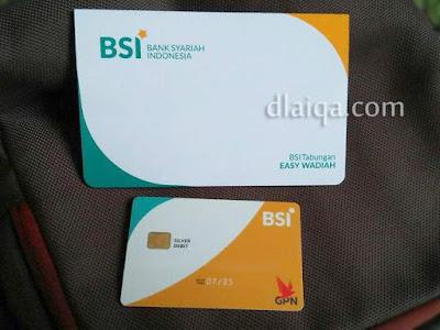 buku tabungan dan kartu debit ATM