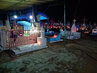 Kembali ke Kampung Halaman, Peringati Paskah dengan Ziarah ke Makam