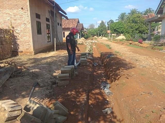 Pembangunan Drainase di Desa Cabang Abung Raya Bermasalah dan Diduga Catut Nama Kejari Lampura