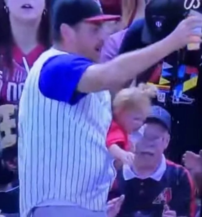 Padre atrapa pelota de béisbol sin soltar a su bebé