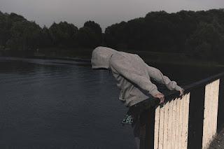 homem na ponte se preparando para saltar