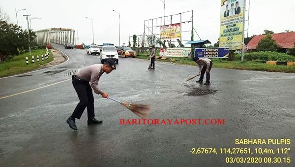Aksi Mulia Pak Polisi Bersihkan Jalan Berpasir dan Berhamburan Batu Kerikil