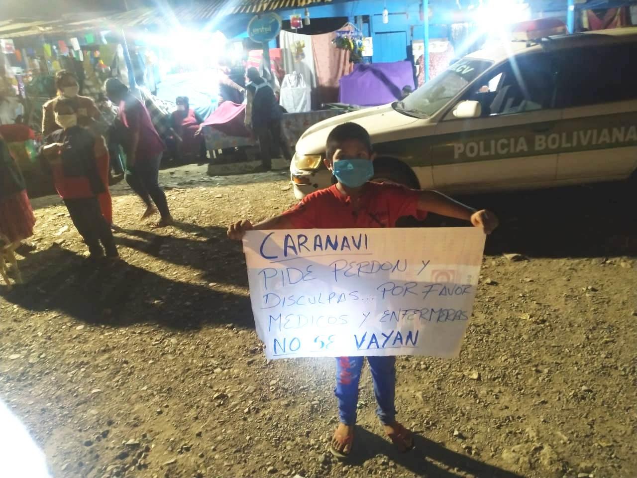 Un niño pide a los médicos no dejar Caranavi la noche de este miércoles 20 de mayo / NELSON PARDO / ABC