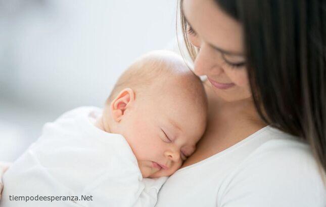 Madre primeriza con su bebé recién nacido