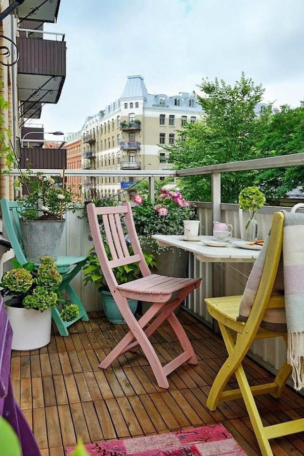 mesa metálica colgada en la barandilla del balcón