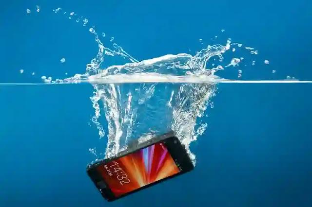 لقد سقط هاتفي في الماء .. ماذا سأفعل في هذه الحالة ؟