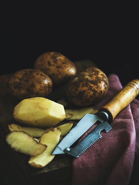 Kartoffeln und Kartoffelschäler