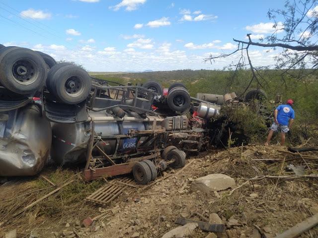 Quatro pessoas morrem e uma fica ferida após carro-pipa capotar sobre caminhonete em rodovia do RN