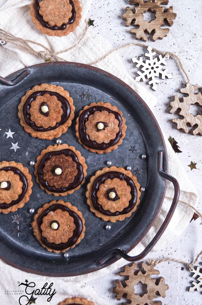 okragle-brazowe-ciastka-z-czekolada