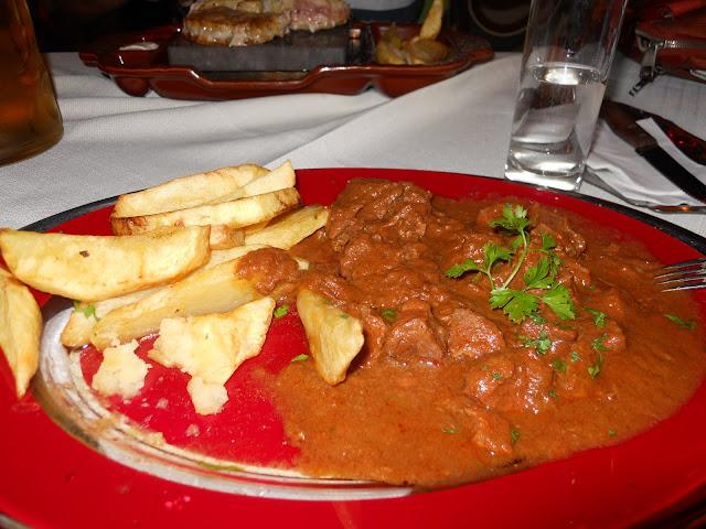 piatto con carne e patate fritte