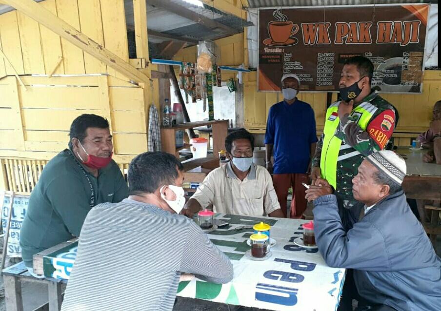 Lakukan Komsos Dengan Tukang Ojek, Babinsa Kelurahan Ranai Kota Himbau Masyarakat Terapkan Protokol Kesehatan
