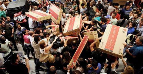 43eb008331 Porta das Lojas Americanas cai sobre clientes durante Black Friday ...