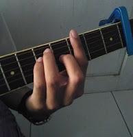 Bermain Gitar Dengan Kunci Balok