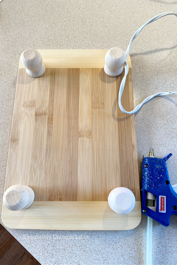 Cutting board with wooden feet bottom view