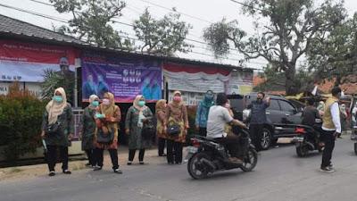 PKK Desa Kampung Melayu Barat Bagi - Bagi Masker