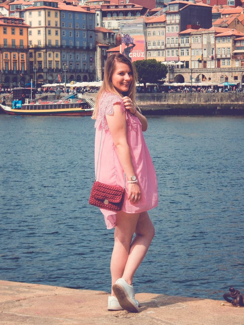 9 torebka handmade ręcznie robiona co kupić w portugalii w porto pleciona torebka z włóczki różowa sukienka z koronką białe sneakersy elegancja na sportowo