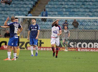Após três partidas, o Bahia voltou a vencer no Campeonato Brasileiro e foi na base da emoção. Aos 44 do segundo tempo, Arthur Caíke marcou de pênalti e o Esquadrão superou o Grêmio por 1 a 0 na noite desta quarta-feira (16), na Arena do Grêmio, pela 26ª rodada da competição.