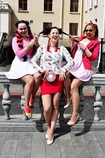 три девушки в розовом