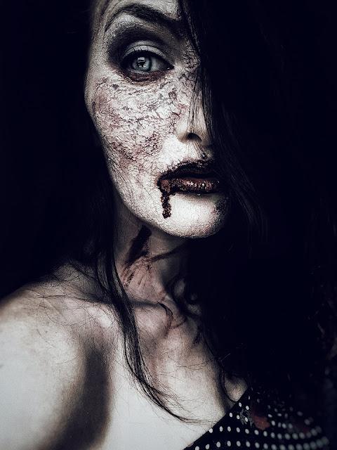 Mulher zumbi com sangue escorrendo da boca - Imagem by Devoka