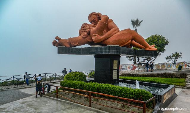 """Parque do Amor e escultura """"O Beijo"""" em Miraflores, Lima"""