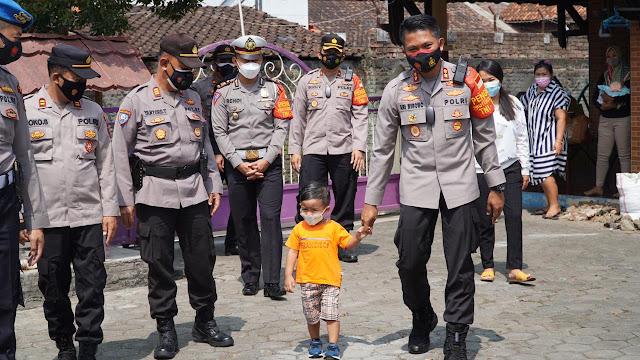 Kapolres Semarang Kunjungi Yatim Piatu yang Orang Tuanya Jadi Korban Covid-19
