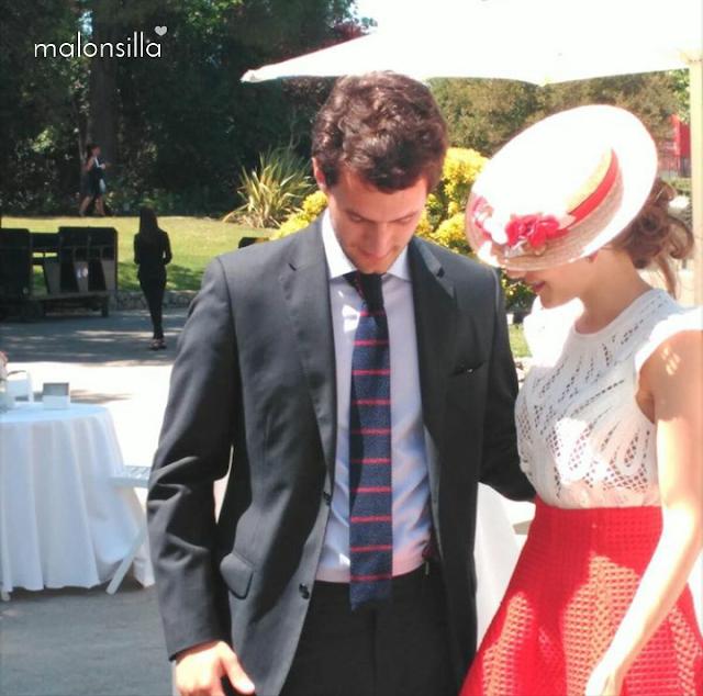 Invitada boda con falda skater en rojo, blusa blanca con brocados y canotier con flores de copa baja en rojo y blanco by malonsilla