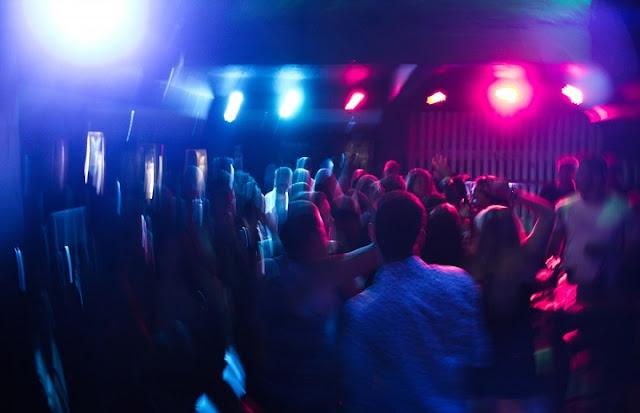 Sie sind kein Fremder, um Partys und Geburtstage zu blockieren, aber jetzt möchten Sie eine Party mit einem etwas eher erwachsenen Thema veranstalten? Für wilde Paare können Swing-Partys Spaß machen für ein Jubiläum oder einen besonderen Geburtstag, oder sie können großartige Veranstaltungen sein, die Sie regelmäßig organisieren können. Was müssen Sie also beachten? Wie in allen Sexgeschichten sind die Grundlagen wichtig:    Wo kann man feiern?    Ihr eigenes Zuhause ist die beste Wahl für Ihre Party als neuer Gastgeber. Sie könnten versucht sein, bei warmem Wetter draußen eine Party zu veranstalten - viel Platz, eine wunderschöne Landschaft und eine einfache Reinigung. Aber das ist nicht klug, wenn Sie nicht SEHR weit weg von Ihren Nachbarn leben.    Sie mögen denken, ein hoher Zaun oder hohe Bäume bieten Privatsphäre, aber selbst wenn Ihre Nachbarn Sie nicht sehen können, können sie Sie trotzdem hören! Dies kann zu einer Beschwerde und einem unglücklichen Polizeibesuch führen.    Versuche, die Geräusche Ihrer Partyteilnehmer mit lauter Musik zu verbergen, funktionieren nicht. Diese bunten Lichter, die Sie sehen werden, sind keine festlichen Dekorationen, sondern Polizeiautos vor der Tür.    In Anbetracht dessen ist es am besten, die Action im Inneren zu behalten, wenn Sie anfangen. Wenn Sie ein echter Anfänger sind, sollten Sie auch ein paar Swing-Partys besuchen, bevor Sie versuchen, Ihre eigenen zu veranstalten.