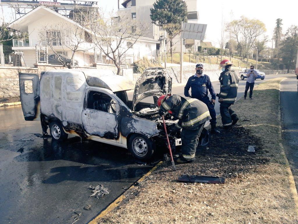 VIDEO: un auto se prendió fuego y circuló descontrolado por la bajada del Cerro de las Rosas en Córdoba