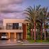 Fachada de casa contemporânea cinza com rasgos de luz e jardim vertical!