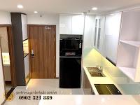 Căn hộ full nội thất tòa Orchid 2 HaDo Centrosa cho thuê - cửa ra vào và khu bếp