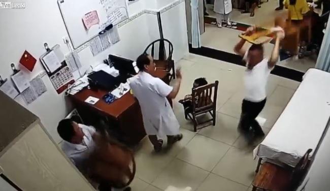 Một pha choảng nhau cực mạnh giữa bác sĩ và bệnh nhân , ko bên nào chịu nhường bên nào