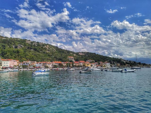 góry przy morzu, plaże w Chorwacji, piękne miejscowości, Krk