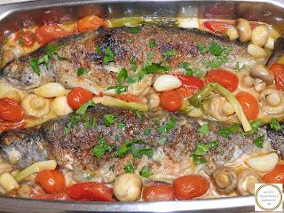 Pastrav prajit cu legume reteta cu rosii cherry ciuperci usturoi ardei capia ceapa verde patrunjel sos de vin lamaie retete culinare mancare de peste pescareasca de casa,