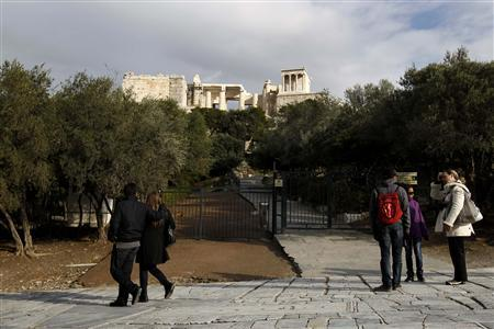 Greek strikers close Acropolis over Christmas