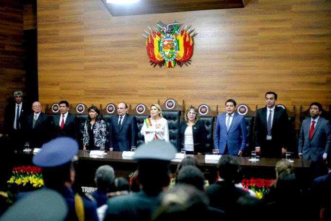 Jeanine Áñez en enero de 2020 junto a las cabezas del TCP y TSJ en Sucre / TWITTER